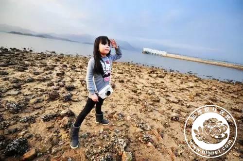 假期出游让孩子乖乖摆pose拍照