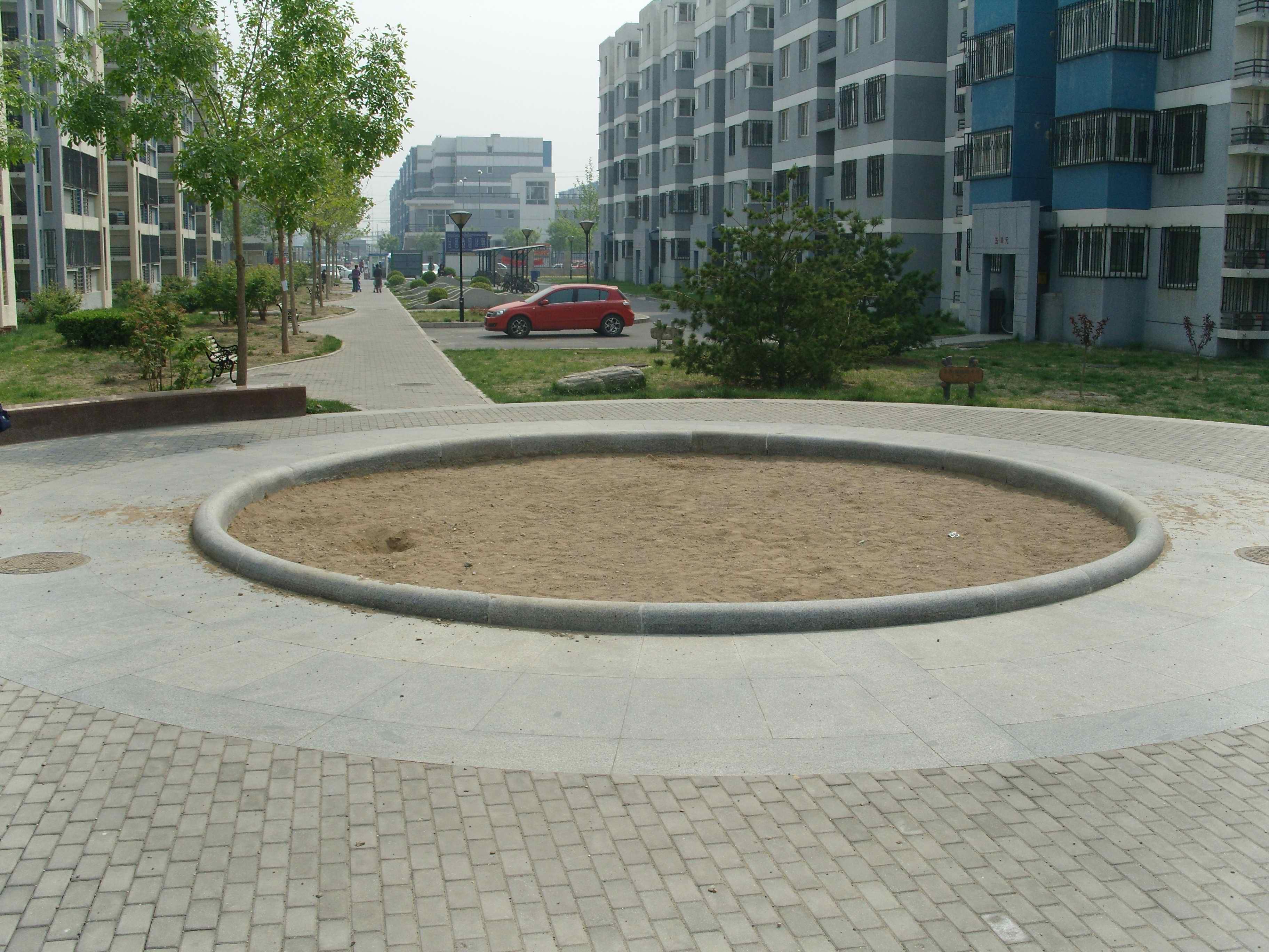 龙锦苑二区中心沙坑改造儿童乐园办法与问题
