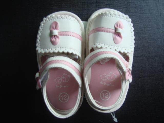 漂亮的女宝宝学步凉鞋(一岁