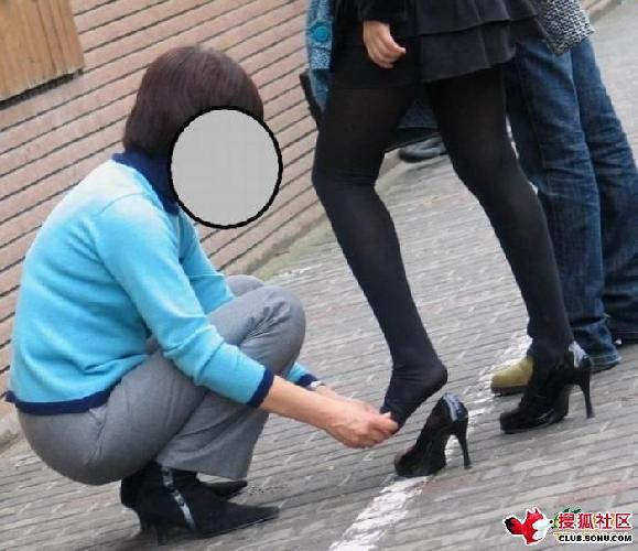 帮女孩整理丝袜!