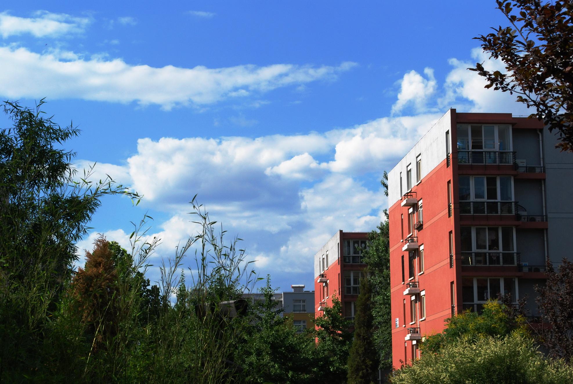 蓝天,白云,绿树,红墙