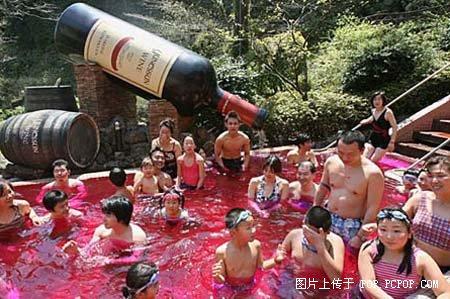 日本露天红酒温泉男女共浴一边泡澡一边喝