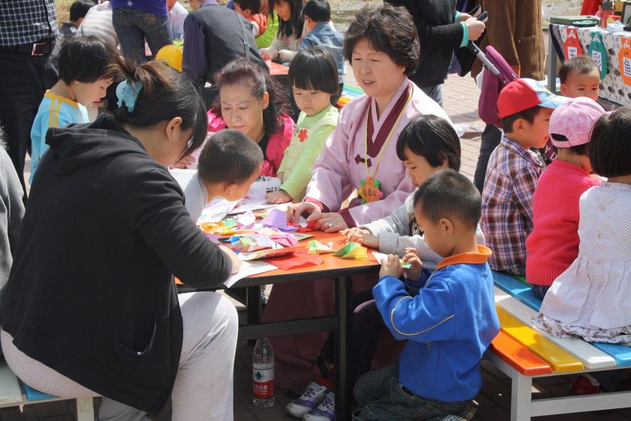 折纸对于儿童的益处 折纸目前已成为全世界广为流传、十分盛行的一种深受孩子们喜爱的手工活动。它简便易行,变化多样,花费少,收益大,是典型的寓教于乐的益智游戏。实践证明,折纸具有良好的教育功效,对培养孩子的聪明智慧大有裨益。 一张薄薄的纸,经过折、叠、剪、裁、翻、拉,在孩子们灵巧的手中,绽开出美丽的花朵,展现出活泼可爱的动物,建造出漂亮的房屋在这些过程中,需要观察、想象、概括、夸张和创造,需要眼、手、脑并用,需要按照一定的逻辑顺序进行折叠和组合。 在折纸的过程中,还要运用四边形、三角形、菱形、梯形、圆形