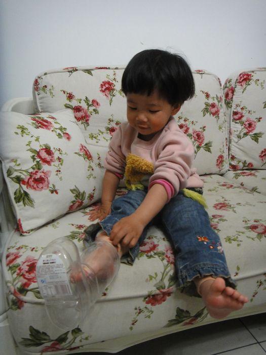 哇,快来看,灰姑娘在穿水晶鞋!
