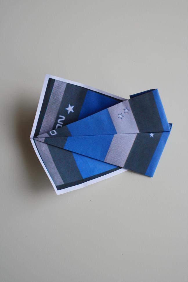 在教室里扔纸飞机,过去一直是那些不遵守纪律的学生的专利,但现在,纸飞机已经飞出教室,成为一种深受人们喜爱的全球性运动。 也许你能熟练地操纵变形金刚,也许你是玩溜溜球的高手,也许你能在网络游戏中驾轻就熟。。。但你有没有想过,如果给你一张普通的白纸,你能用它展示你的聪明才智吗?你能寻找到其中的快乐吗?别急着摇头,让我来告诉你,在这个世界上有许许多多的人就迷恋上这张纸,折叠出各式各样的纸飞机,放飞心情和理想。不信?你可以问问你的爸爸妈妈,爷爷奶奶,纸飞机可是他们童年时代的好玩具呢!说到纸飞机,有两个人是必须要