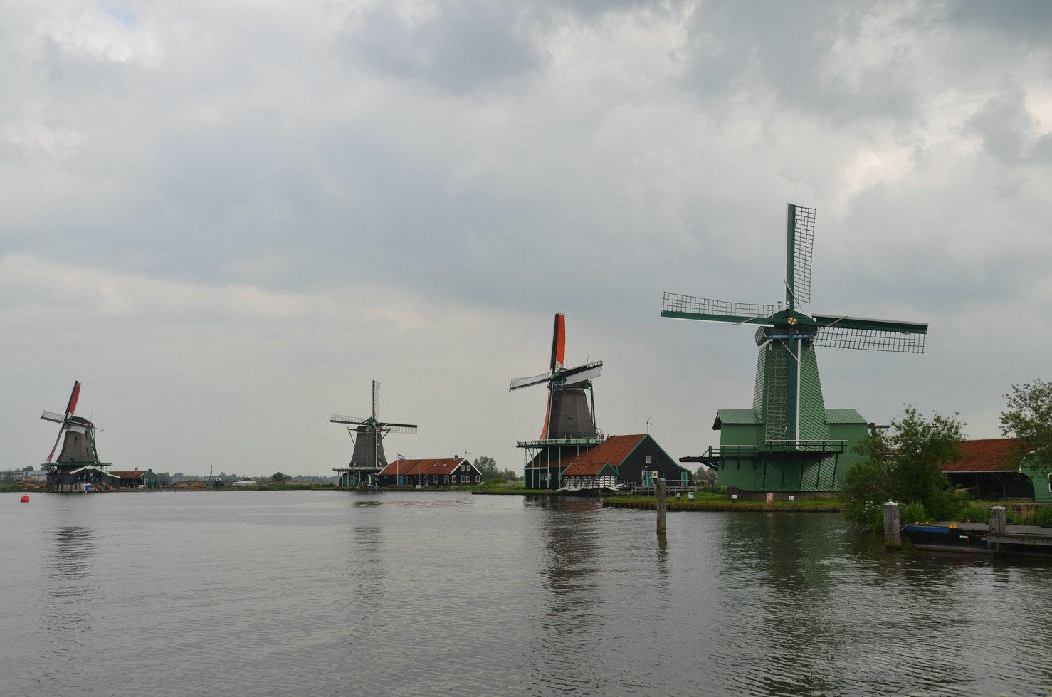 风车村有风车,有水,有漂亮的小房子,风景着实美丽.