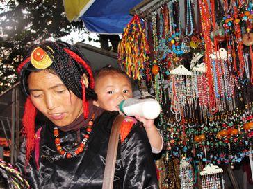 编头发的藏族妇女,以及宝宝