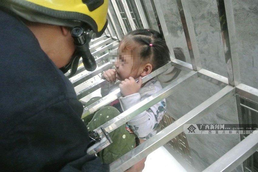 看小女孩奋力抓住栏杆的小手 有些心酸