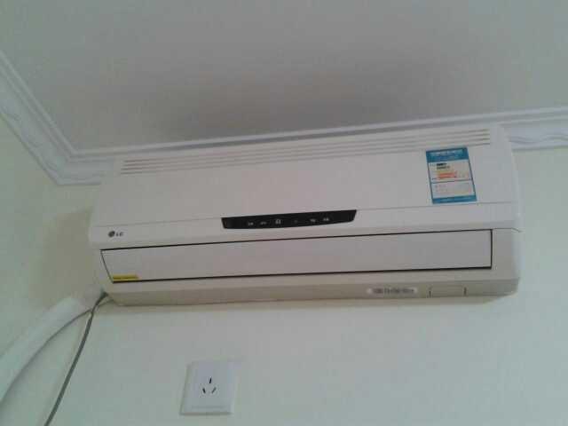 这种空调能看见两边盖板缝,有比较小的扣,直接两边扣下来就打开了,里面有纱网一样的东西,看好怎么拿下来,直接水洗,晾干了放上去就行了。至于清洗空调,也可以自己做,网上买空调清洗剂自己按操作喷洒,十五分钟..(空)-samsuni82