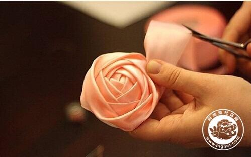 缎带制作而成,最后将制作好的玫瑰花苞拼合成球形就