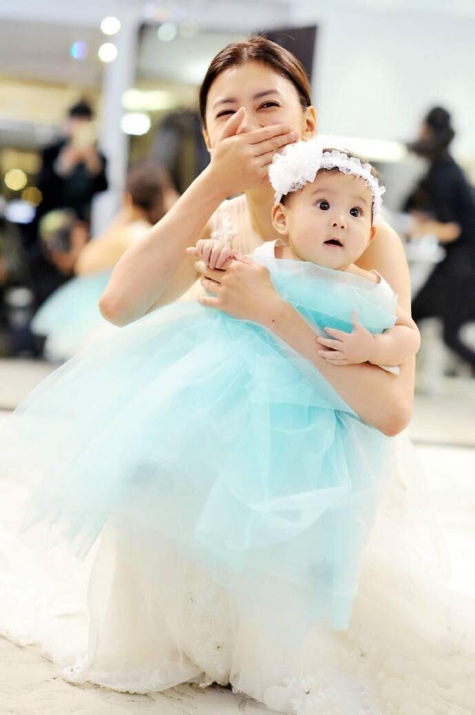 分享一组贾静雯和爱女咘咘拍的婚纱照,肉嘟嘟的小可爱