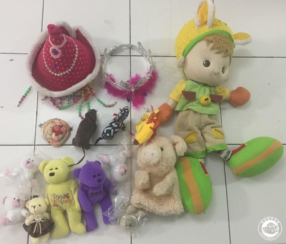 蒙古族帽子:这个估计很多人见过,去天安门广场路上买的 苗族发饰:与上类似,都是去玩的时候买的 零钱包 宜家买的小老鼠,挺像真的 小猪手偶,这个与其他相比较质量较一般 一对小熊,质量不错,过家家玩具,看小熊系列故事的时候可以用。四个一模一样的,是暂住在我家的小孩弄的,她特喜欢,大概有20个,走的时候收拾掉了几个,一起送了。 另一个大些的毛绒玩具质量也不错