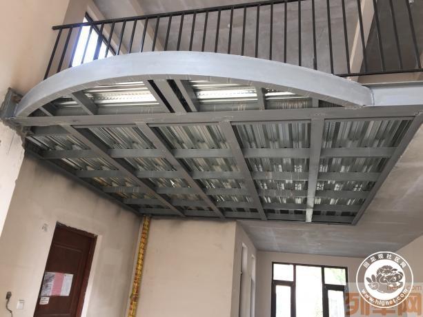 我们利用轻钢结构加上高强度水泥楼板就可以自己轻松的做隔层,一层 变