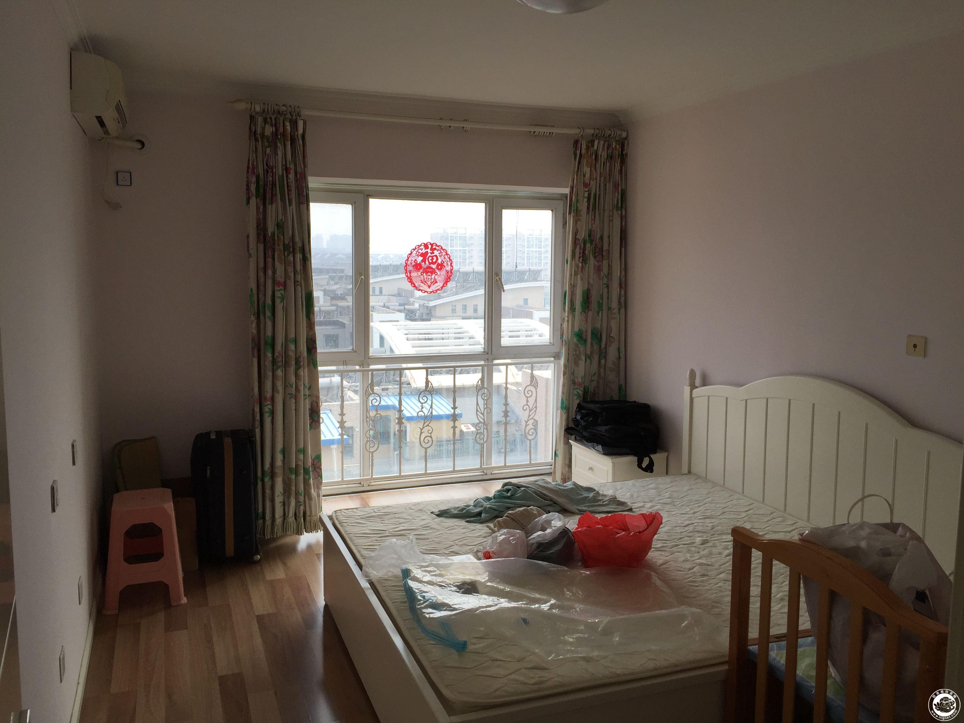 2個臥室為木地板,客廳為地板磚,隨時入住,要求租戶干凈,整潔,租金為
