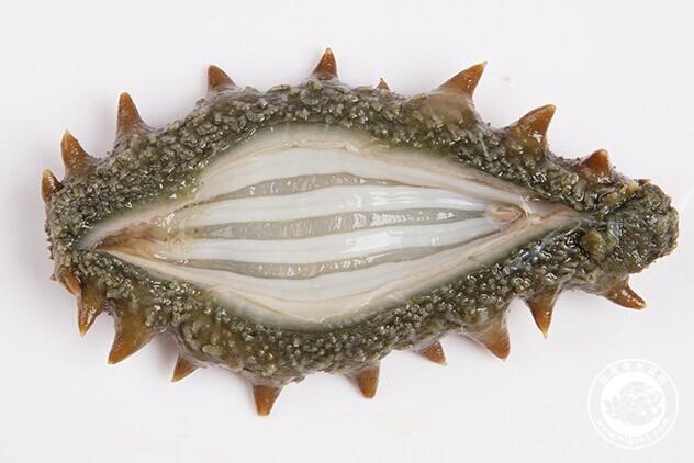 懒人最喜欢的做法,只要把海参化开,切片,放点蒸鱼的料就可以食用了.