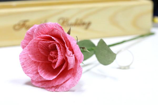 皱纹纸巧折玫瑰花