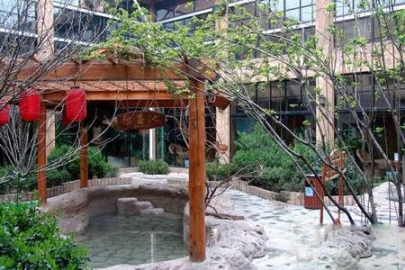 它通过玻璃连廊与温泉养生会馆以及商业街二层自助餐厅相连.图片