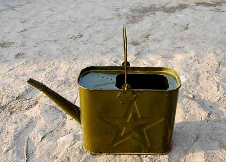 汽油桶,登山杖,烧烤炭等户外用品