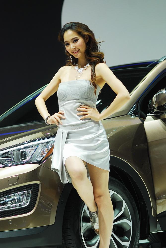 车展上这个韩国美女挺会搔首弄姿的