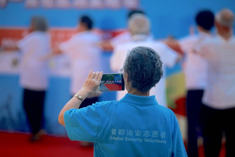 三等奖作品名称: 人人都是志愿者 作者:张宸溪.jpg