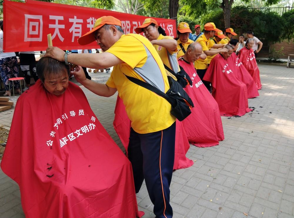优秀奖 作品名称:《志愿者在行动》作者:刘建军.jpg